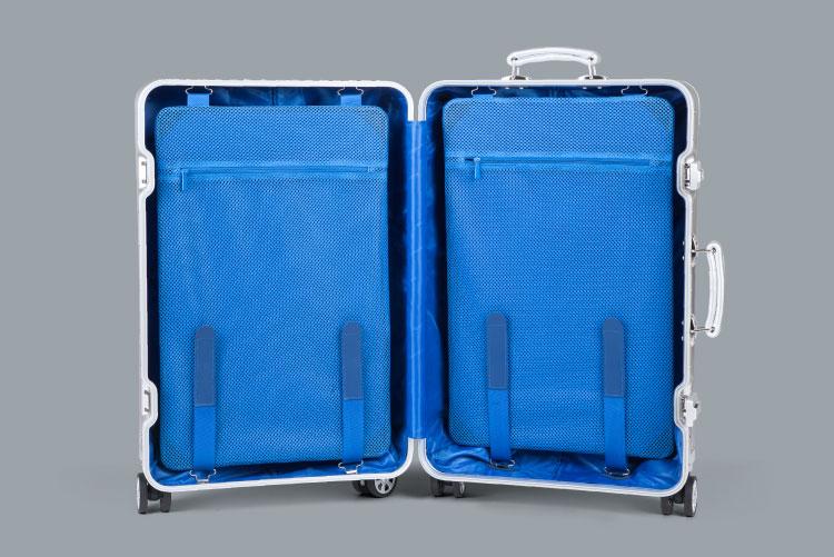 Spatiul interior al valizei Kruger & Matz are o captuseala albastra si compartiment spatios pentru lucrurile personale. Usurinta la facutul bagajelor este sporita de cele doua curele Velcro ajustabile ce separa lucrurile impachetate, putand fi folosite si pentru depozitarea lucrurilor de mici dimensiuni.