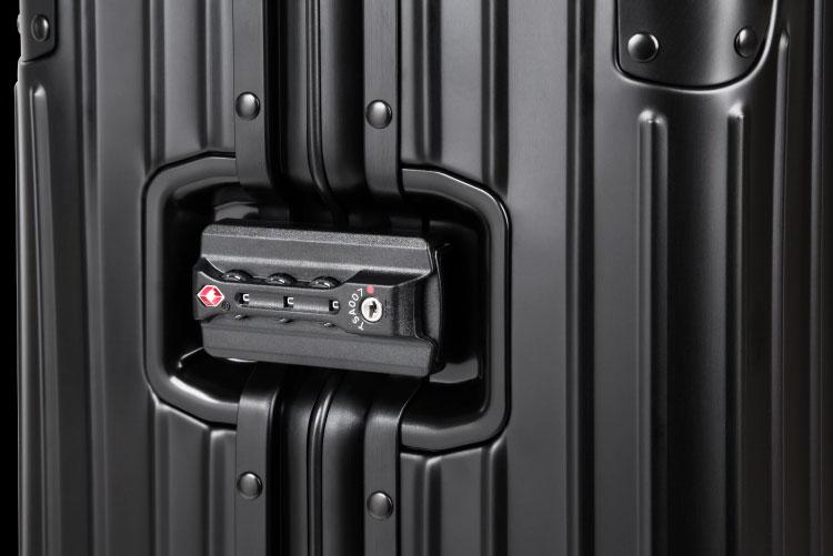 Sistemul de inchidere al trolerelor Kruger & Matz consta intr-o catarama dotata cu cifru incriptat prin functie TSA, foarte utila in cazul controlului la vama. Garanteaza deschidere si inchidere rapida si non invaziva, fara a strica incuietoarea.