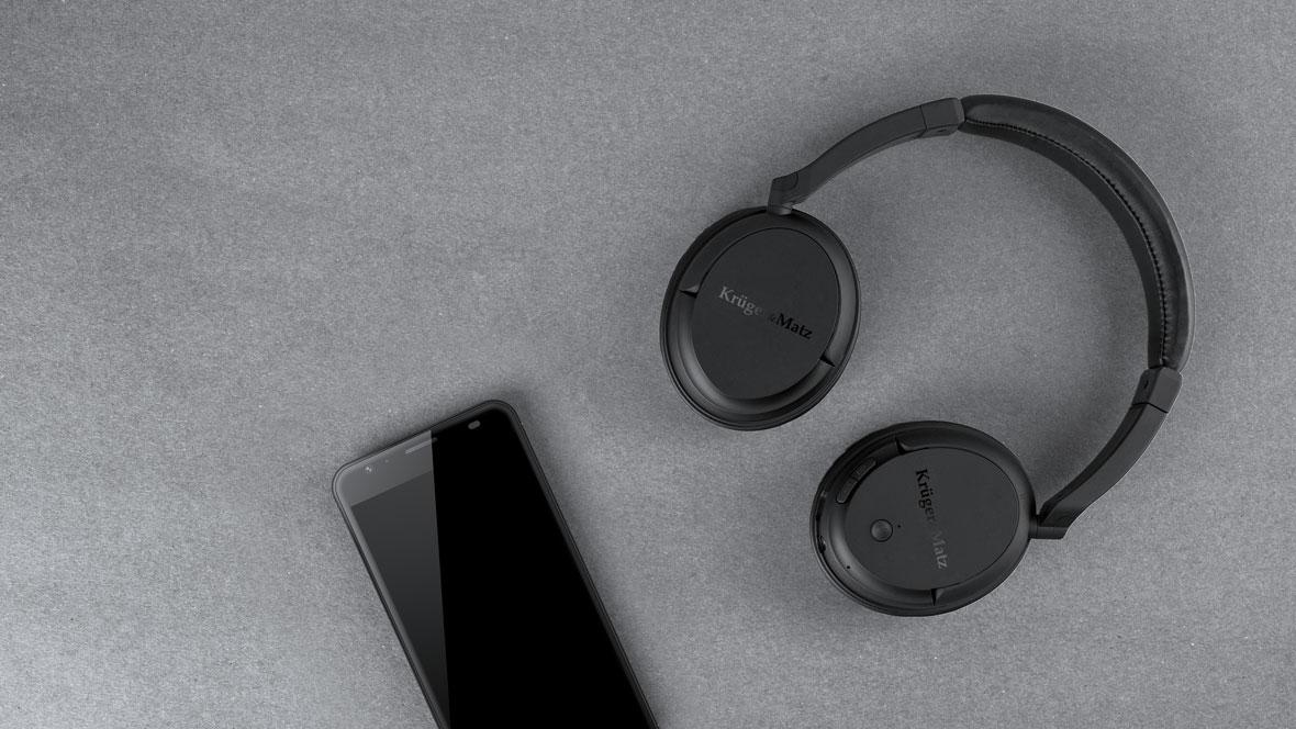 Vrei mai mult decat un sunet curat de la castile tale? FLOW 2 Wireless au un design plin de stil. Designul lor cu aparatoarele de urechi de un negru mat va atrage cu siguranta privirile. Pentru cei ce calatoresc frecvent, acum este usor sa ai mereu cu tine castile FLOW 2 Wireless, fie ca asculti muzica, fie ca le ei in bagaj.