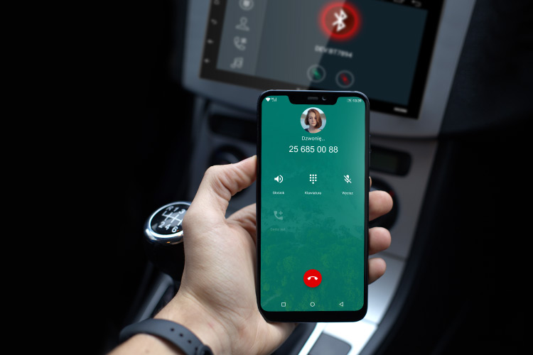 Radio-ul auto Kruger&Matz 2006 are un microfon incorporat si un microfon extern suplimentar. Foloseste functia Bluetooth pentru preluarea apelurilor si pentru a efectua apeluri atunci cand conduci. Confort si siguranta intr-un singur produs.